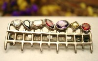 Broche argent et pierres multicolores longue