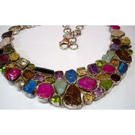 Collier en argent et pierres multicolores.